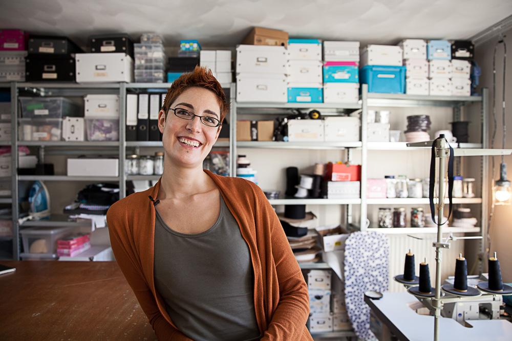 Danae staat in haar atelier en kijkt lachend in de camera